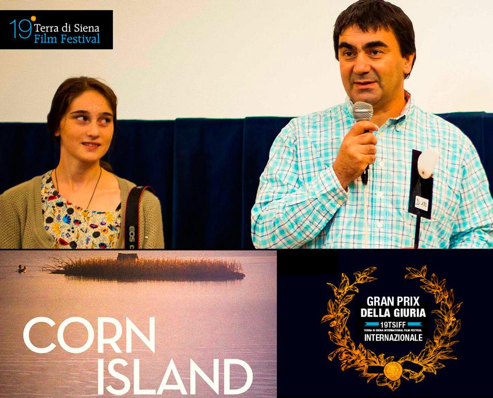2-PREMIO-SEZIONE-INTERNAZIONALE-UNO-SGUARDO-SUL-MONDO-CORN-ISLAND-TERRA-DI-SIENA-FILM-FESTIVAL-2015